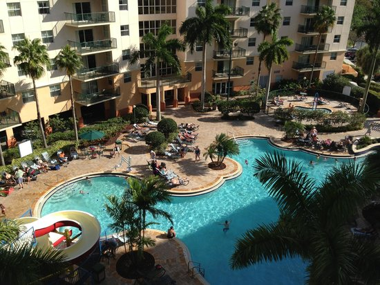 Wyndham Palm-Aire: Relaxing by the pool