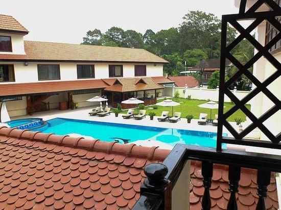 Regency Angkor Hotel : pool area