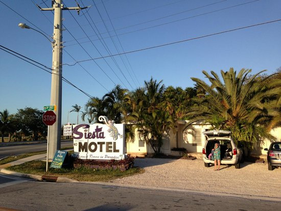 Siesta Motel: Hotel and parking space