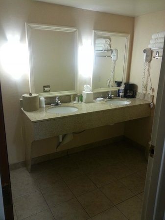Best Western University Inn: Spotless bathroom!