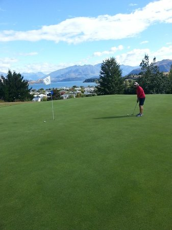 Wanaka Springs Lodge: Adjacent Golf Course with great views.