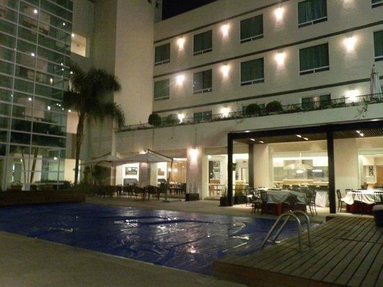 Radisson Poliforum Plaza Hotel Leon: Zona de alberca de noche