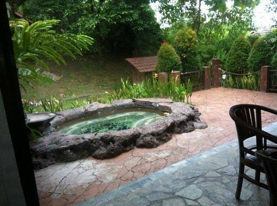 Felda Residence Hot Springs: Hot jacuzzi outside of the villa