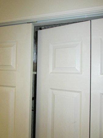 Clarion Inn Historic Strasburg Inn: Closet door off the track. Minor, but seems significant when the room is already a disappointmen