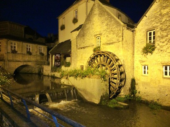 Villa Lara Hotel: A night walk in Bayeux from the hotel