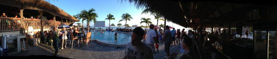 Sunset Grille and Raw Bar : Panorama shot of the pool bar