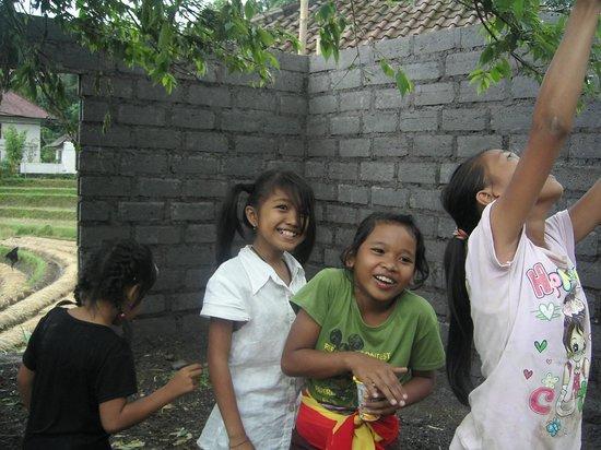 Patal Kikian: 村の子供達