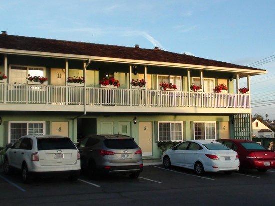 Villa Franca Inn: View from parking lot