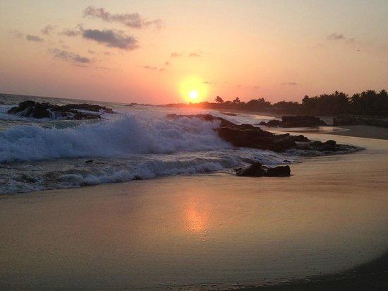 Gecko Rock Resort : The beach at sunset