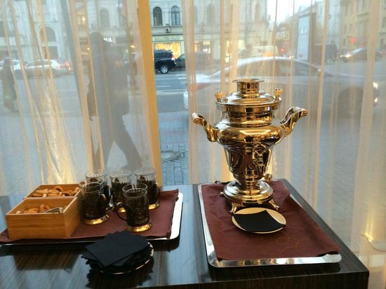 InterContinental Moscow Tverskaya Hotel: Complimentary herbal tea and cookies in lobby