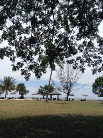 Nexus Resort & Spa Karambunai : long private beach with clear water