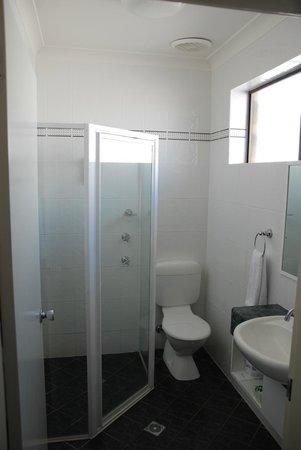 Acacia Motel: Clean & Bright bathroom
