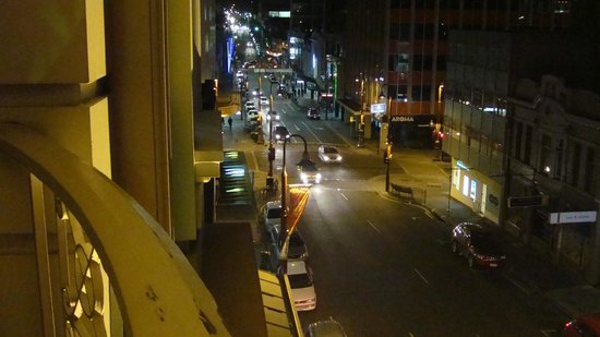 Hadley's Orient Hotel: Murray Street by night from our balcony