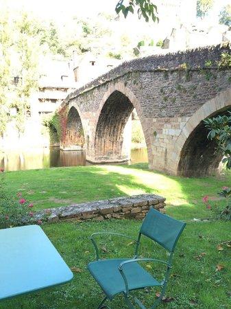 Hôtel Restaurant du Vieux Pont: seating on the private grass area