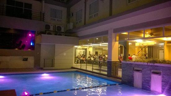 Circle Inn - Iloilo City Center: Бассейн и толпа заселяющихся