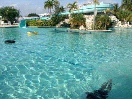 Taino Beach Resort & Clubs: プールとスライダー