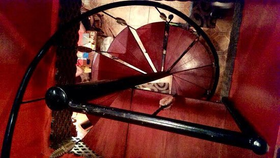 The Gypsy's Lair Art Cafe: Spiral stairs