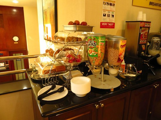 Days Inn Jamaica - JFK Airport: breakfast buffet