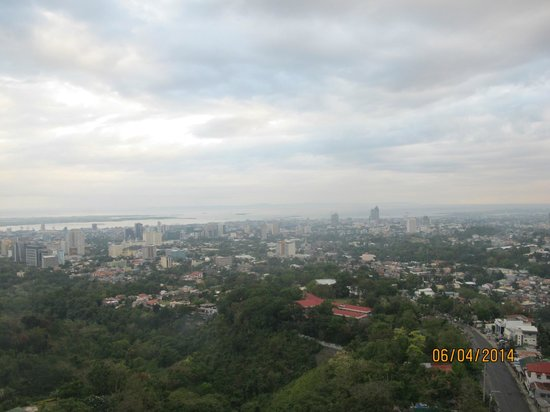 Marco Polo Plaza Cebu: City view from the roofdeck Blue Bar