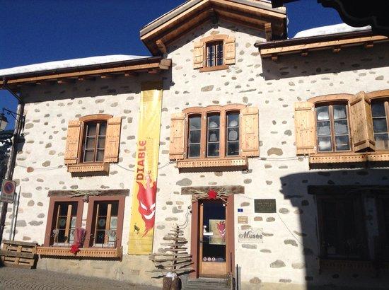 Auberge de L'Ours : Musée des Ormons à 10m.