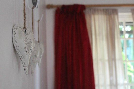 George Lodge International: Decor in standard bedroom