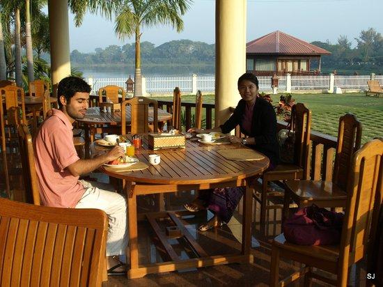 Win Unity Resort Hotel: Frühstück auf der sonnigen Terrasse mit Blick zum See und swimming pool