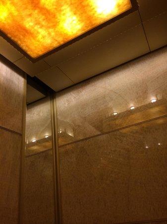 JW Marriott Hotel Shanghai at Tomorrow Square: elevator marble