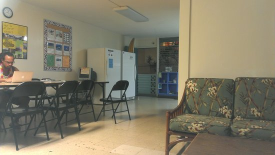 Hostelling International Waikiki : kitchen and eating area