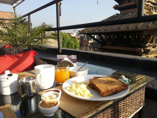 Hira Guest House : Breakfast served with a view the golden roof!