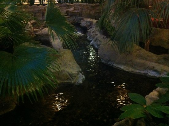 Embassy Suites by Hilton Atlanta - Buckhead: the small river close to the breakfast place