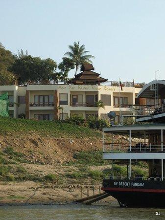 unser Hotel: Flußblick auf die Anlage