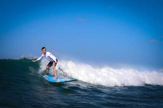 Gone Surfing Hawaii : Doing pretty good on a fair sized wave