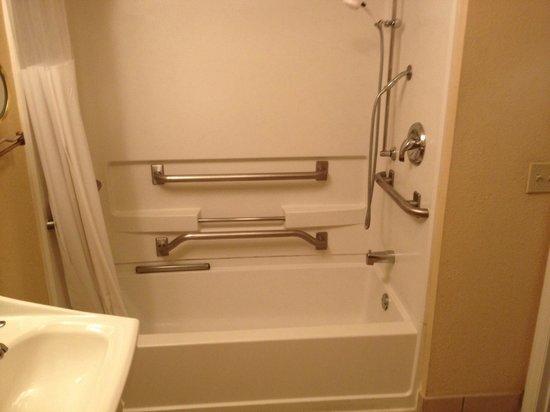 StaySky Suites I-Drive Orlando: Douche spécial forte corpulence avec barre à rideaux incurvée et barre de renfort partout
