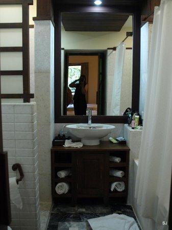 Aye Yar River View Resort: Bad Mit Dusche (ausrreichend Groß Für 2) Und