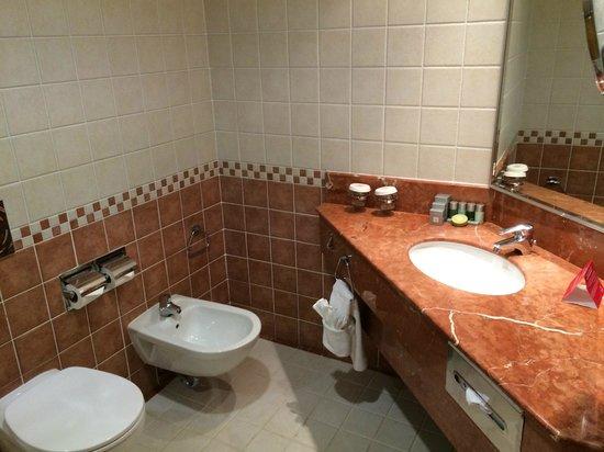 Gulf Hotel Bahrain Convention and Spa : bathroom