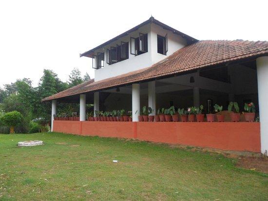 Kadkani River Resort: Open area...good sitting space