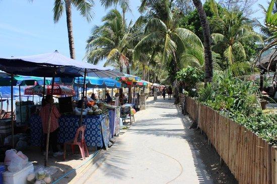 Sunprime Kamala Beach : Promenade derrière l'hôtel