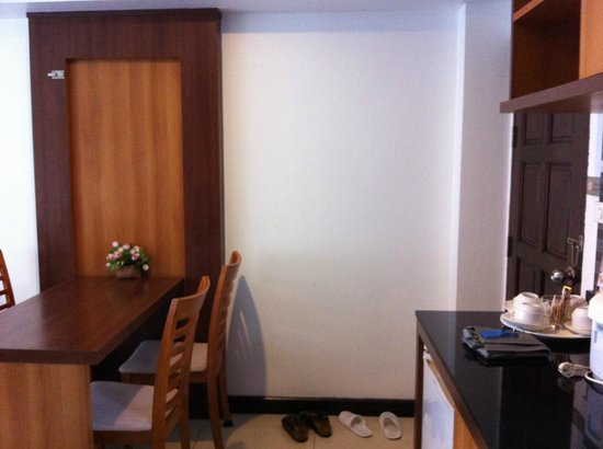 Krabi Apartment Hotel: Dining room area and front entrance to apartment