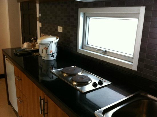 Krabi Apartment Hotel: Basic kitchenette with cooking facility