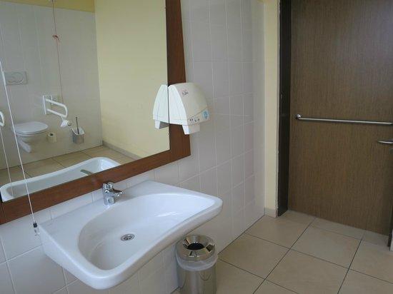 Star Inn Hotel München Schwabing, by Comfort: öffentliches behindertenfreundliches WC