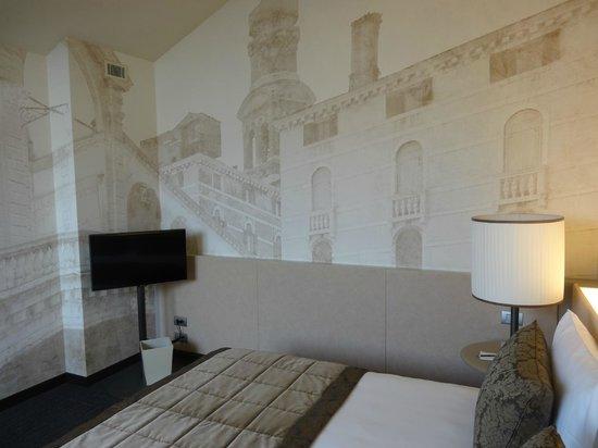 LaGare Hotel Venezia - MGallery by Sofitel : chambre - fresque venise -2ieme tv