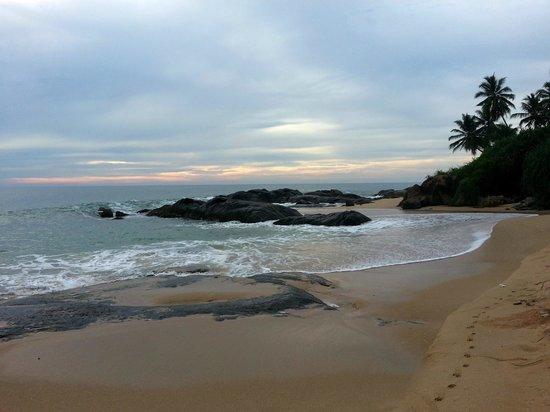 Villa Balapitiya Beach: В облачную погоду песок желтый, но все равно красиво