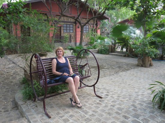 Bagan Central Hotel : Enjoying the garden. Our room in the background