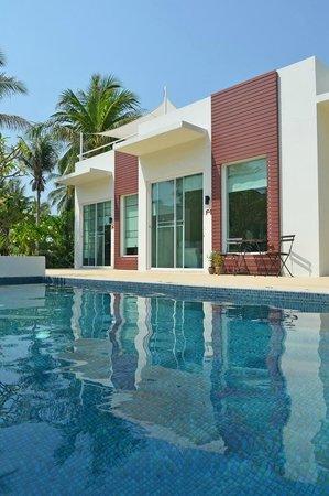 The Beach Village: Husene set fra swimmingpoolen