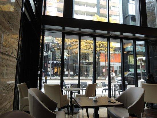 Hotel Trusty Kanazawa Korinbou: 通りに面した明るいカフェで朝ごはんを頂きました。
