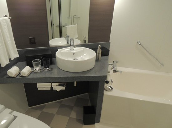 Hotel Trusty Kanazawa Korinbou: とても機能的なバスと洗面台