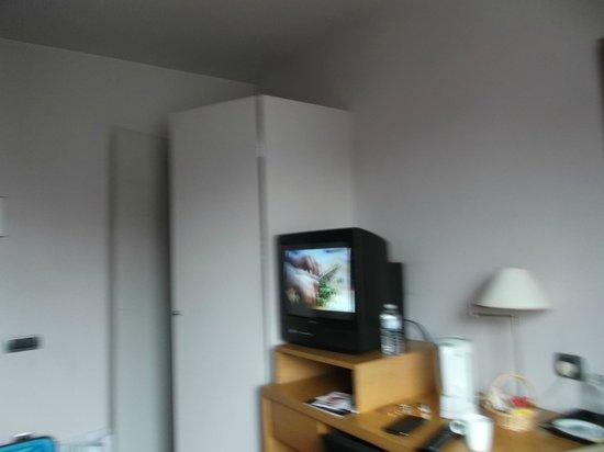 Hotel Bourgoensch Hof: TV, penderie, coffre, frigo