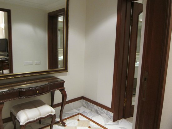 The Imperial Hotel: Foyer/Closet outside bathroom