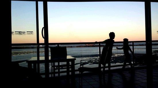 มูริงส์ บีช รีสอร์ท: Stunning sunsets