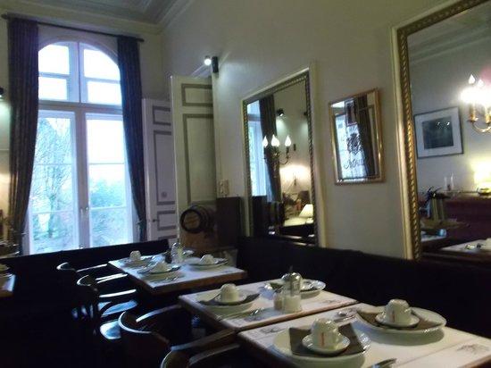 Hotel Bourgoensch Hof : matin, tables petit déjeuner